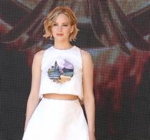 jennifer lawrence yells 'you're so hot' at chris martin concert